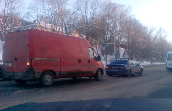 В Смоленске на Дзержинского фургон протаранил легковушку