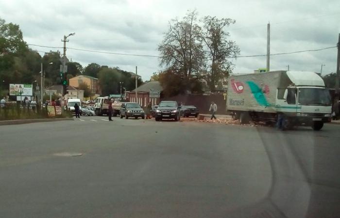 Массовая авария вСмоленске: наСоболева столкнулись несколько машин и грузовой автомобиль